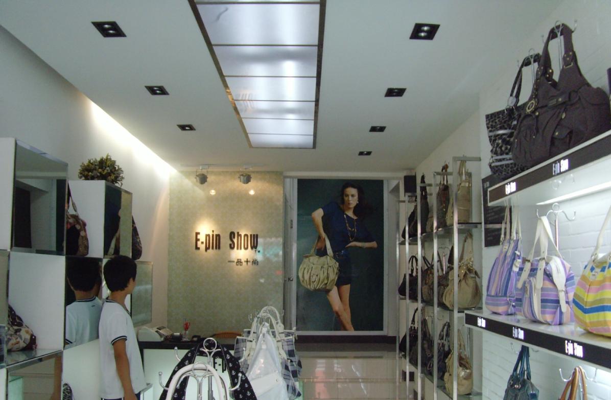 杭州武林路女装一条街,店面装饰完工,帮客户一起上架包包